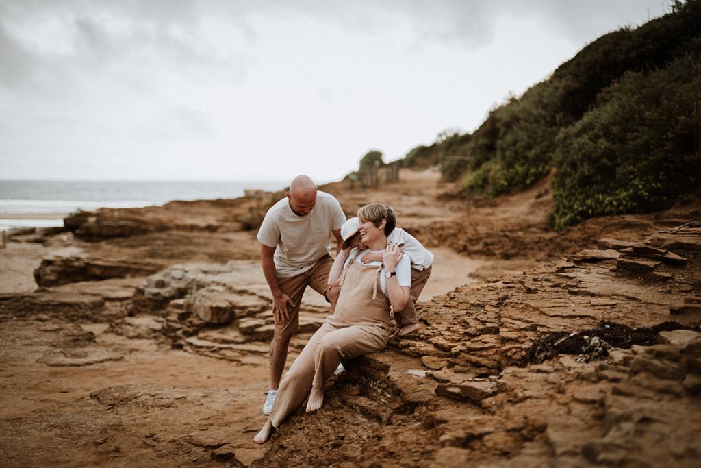 Moment câlin, séance photo famille, photographe grossesse Bretagne, séance photo maternité en Vendée